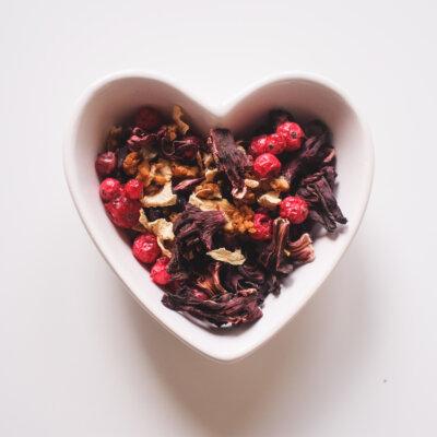 bilden visar en skål med idyleaf te med hibiskus och bär